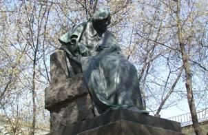 Памятник Н. В. Гоголю на Никитском бульваре в Москве.