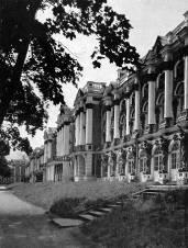 В. В. Растрелли. Большой (Екатерининский) дворец в Царском Селе (г. Пушкине). 1752-1756 гг. Вид со стороны парка.