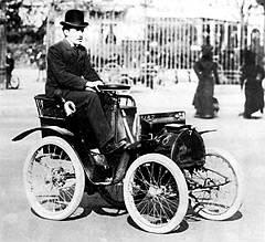 Луи Рено за рулём своего первого автомобиля Voiturette.