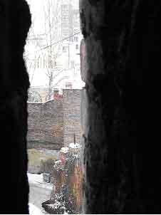 Проявление разрушения - фотография сквозь щель, на чердаке (дом N 11 по ул. Шпалерной)